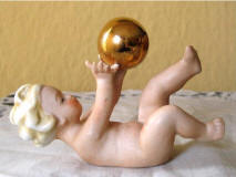 #8885 Putti with gold ball